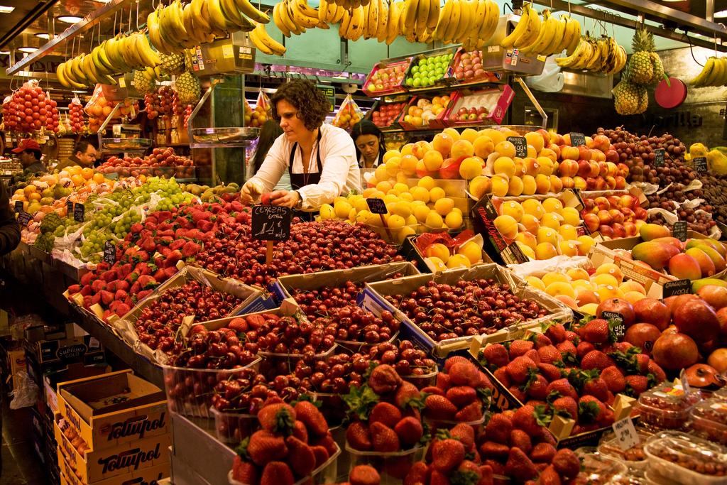 barcelona-spain-las-ramblas-fruit-stand