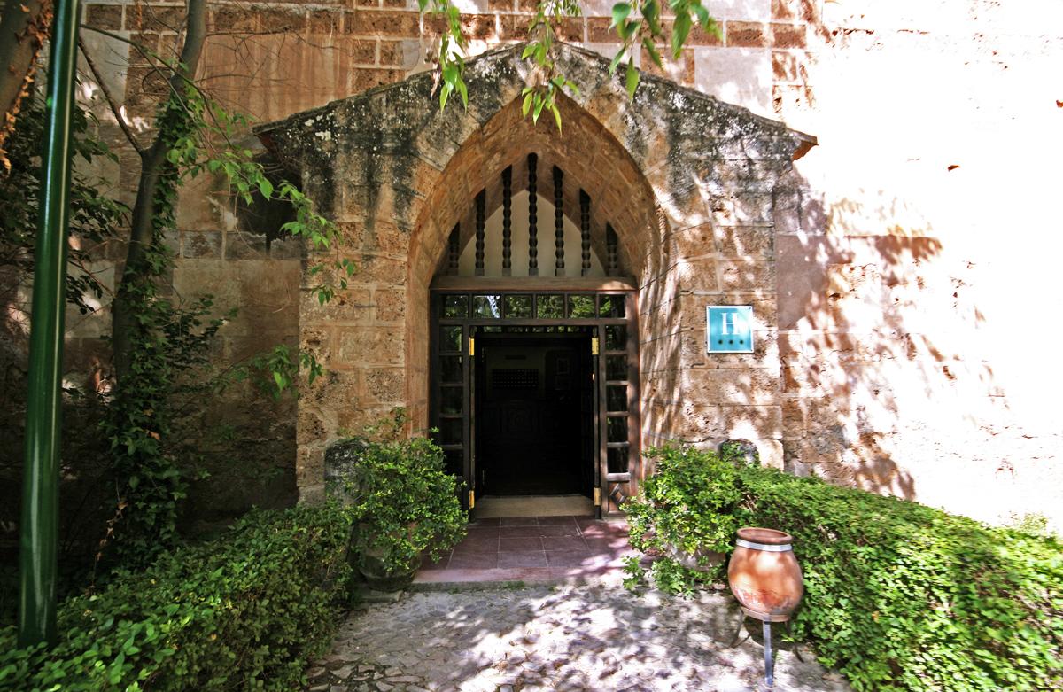 monasteria-de-piedra-hotel-entrance