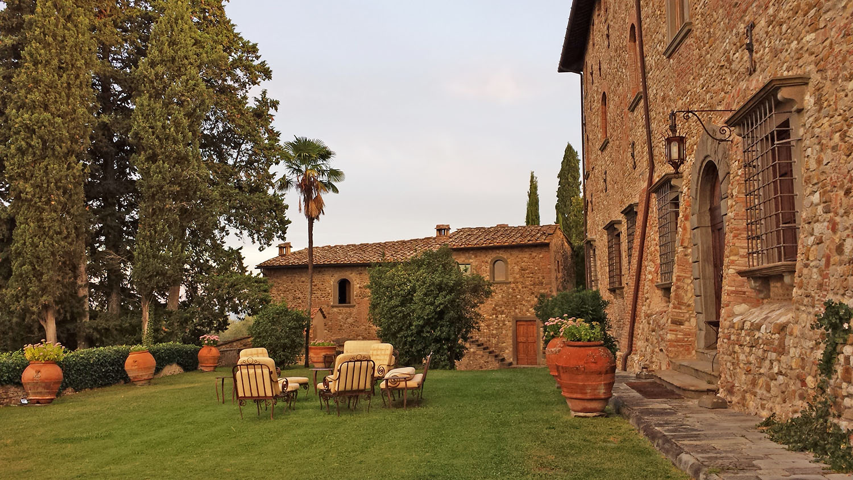 Castello-di-bibbione-yard